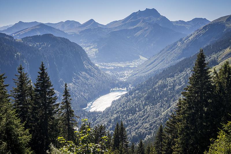 Vue depuis le col de Bassachaux sur le lac et les montagnes