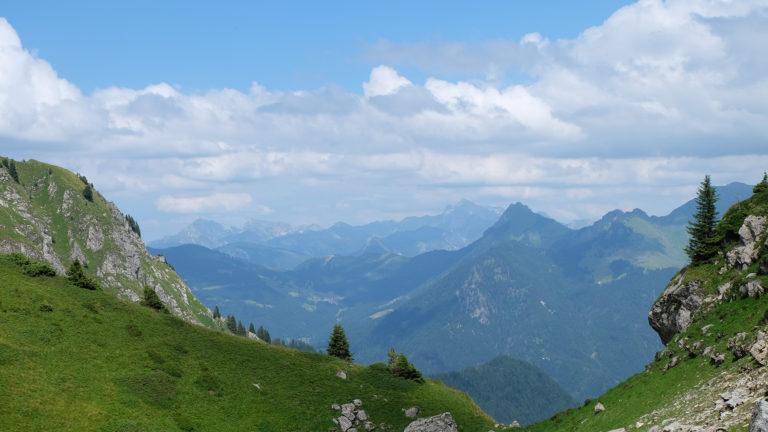 Vue sur les montagnes depuis le col de rati