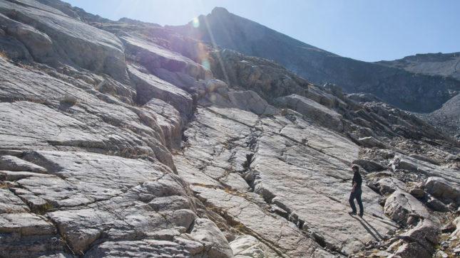 Vue générale des dalles de grès à empreintes du site d'Emaney