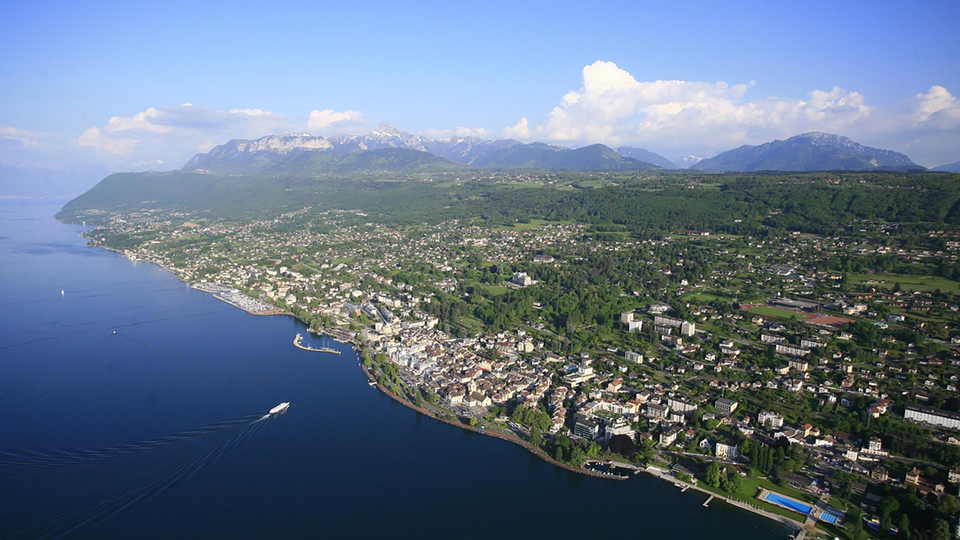 vue aérienne de la ville d'evian