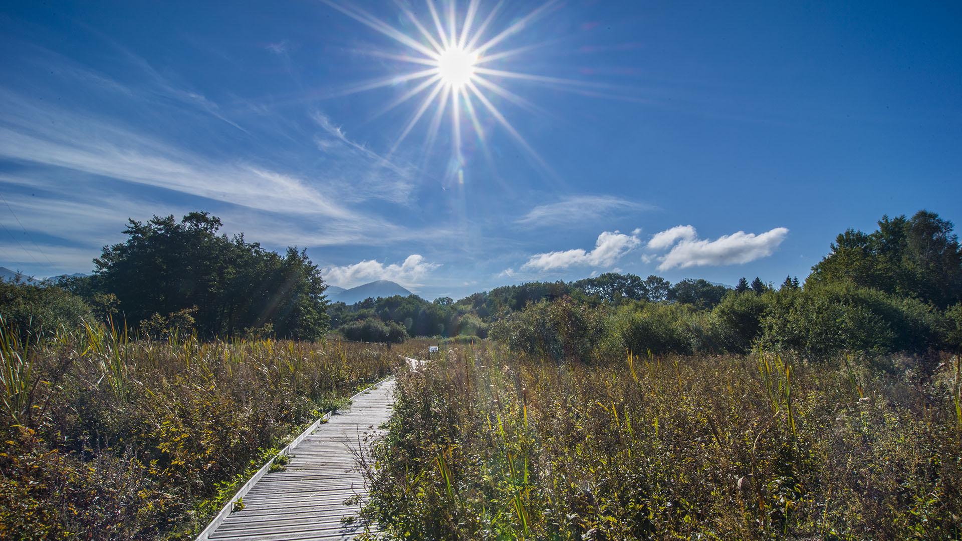 Le soleil brille au dessus du marais du maravant